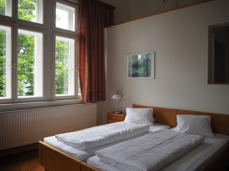 ... es gibt auch Zimmer, die direkt waldseitig liegen ...
