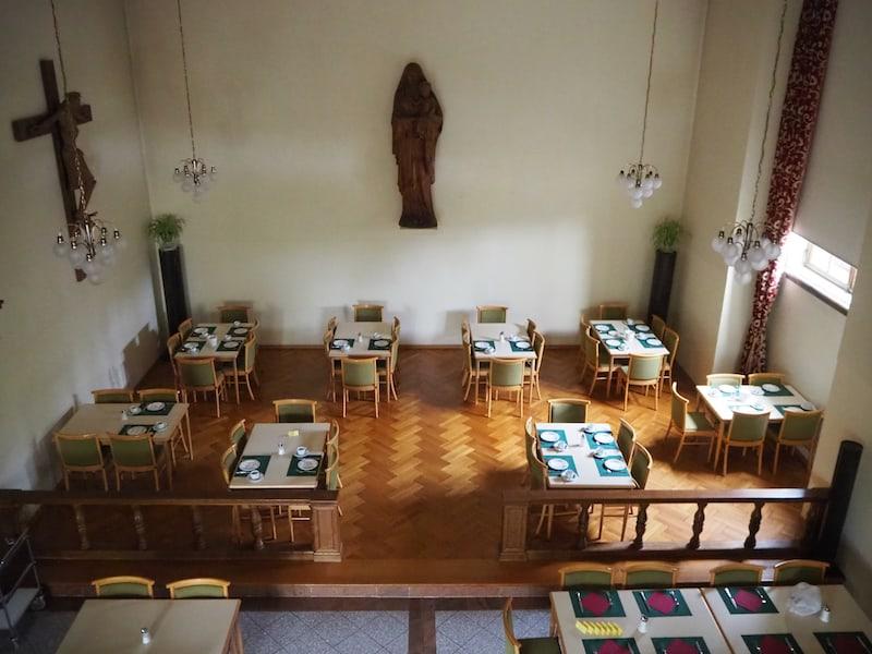 ... gespeist wird, wenn nicht im Freien auf der großen Terrasse, dann in der ehemaligen Kapelle des Johannesschlössl ...