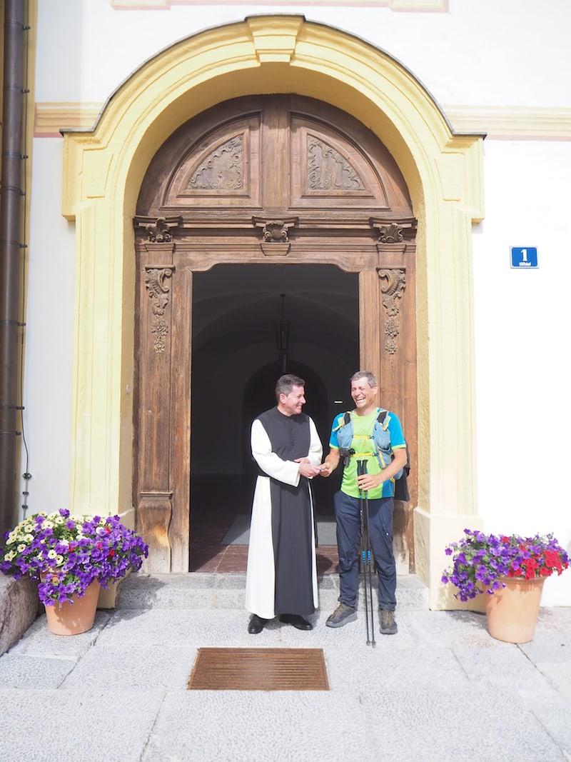 Auch Pilger werden im Stift Stams übrigens herzlich willkommen geheißen, wie hier Pilger Jörg aus der Steiermark, der uns berührende Details zum Hintergrund seiner Pilgerschaft schildert.