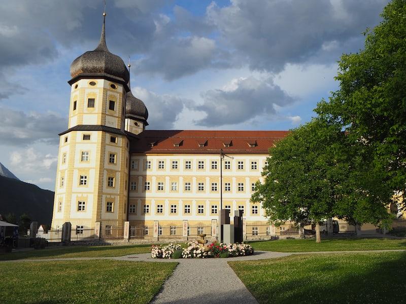 Stift Stams in Tirol ist dank seiner prachtvollen Bauten schon von weitem entlang des Tiroler Inntals zu erkennen.