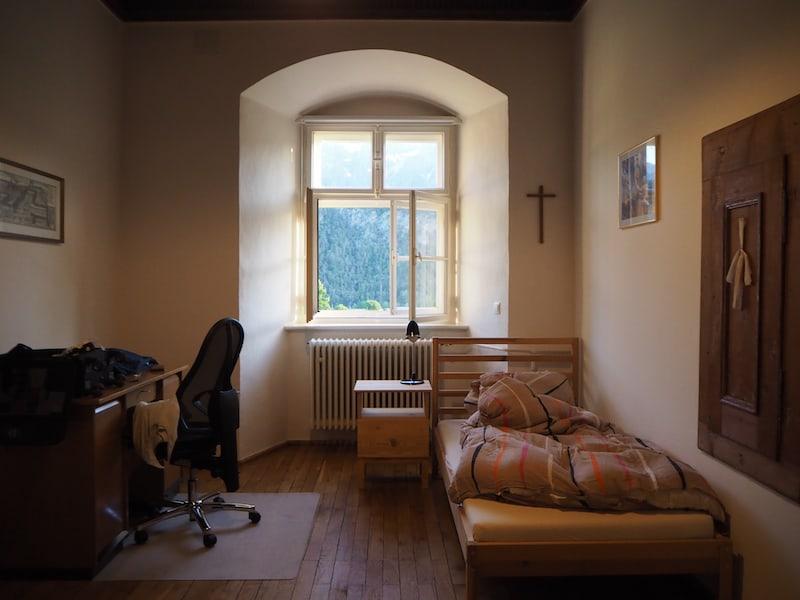 ... dies ist der Blick in mein Zimmer, gleich links am Bildrand befindet sich noch ein gemütlicher, begehbarer Schrankraum sowie ein Badezimmer.