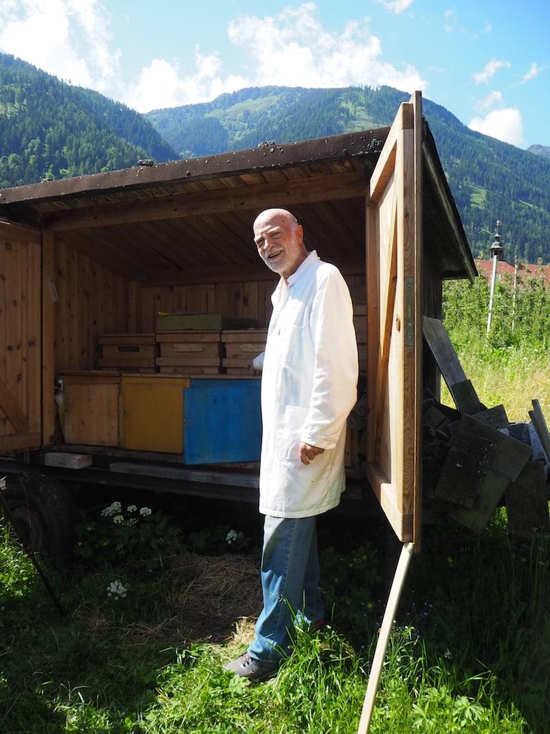 Pater Norbert in seinem Reich: Bienenvater und Kräuterexperte mit Herz, Leib und Seele.