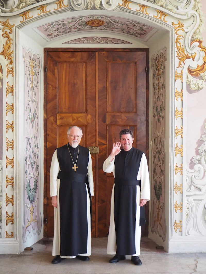 Auf das Herzlichste willkommen geheißen werden wir dabei von Frater Lukas (rechts im Bild) und Abt German Erd, die uns wechselweise durch Stift Stams führen.