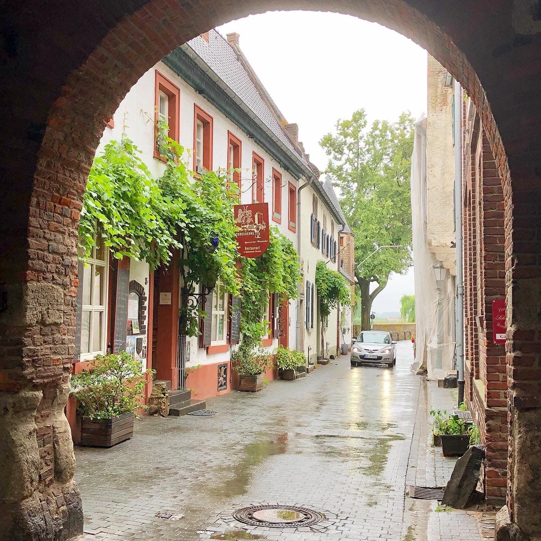 Als echten Geheimtipp darf ich Euch noch Zons nennen, das hübsche mittelalterliche Städtchen direkt am Rhein das durch eine historische Windmühle und zwei köstliche Eismanufakturen besticht!