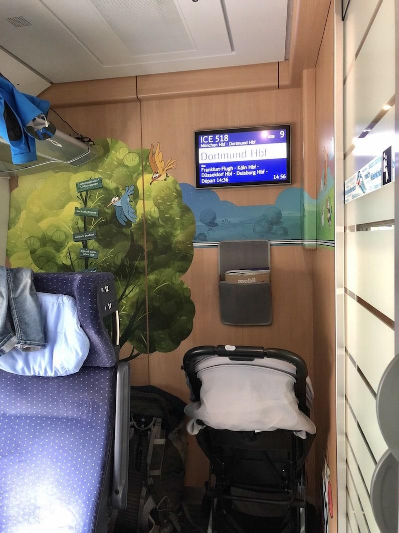"""Auch die Deutsche Bahn bietet übrigens ein sogenanntes """"Familien- und Kleinkindabteil"""" an; letzteres ist nochmal vom gesamten Großraumwagon getrennt und bietet so noch mehr Rückzugsmöglichkeiten und Ruhe. Eine wirklich tolle Art, mit Babies und kleinen Kindern (die beispielsweise noch Mittagsschläfchen halten) zu reisen."""