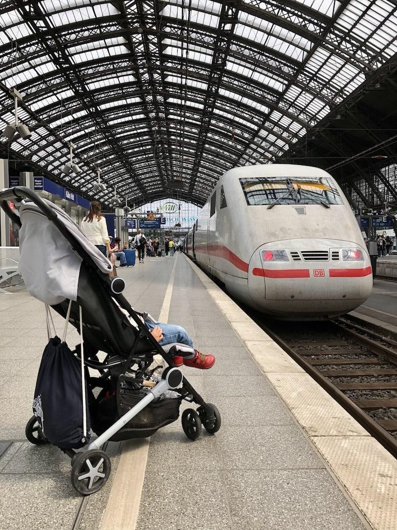 Bahnhöfe aller Art sind sowieso ungemein faszinierend für kleine Kinder (und die Großen vermutlich auch!): Züge schauen geht einfach immer!