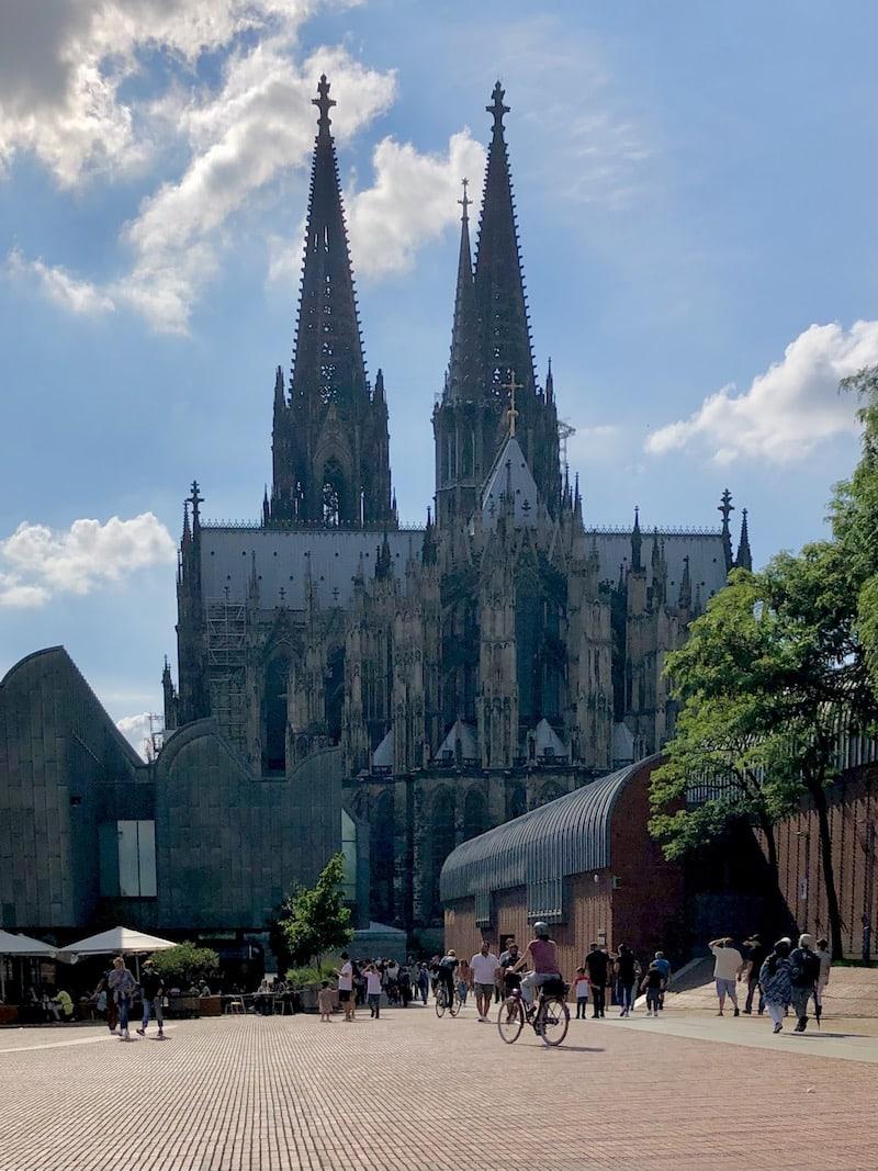 """In Köln liegt der Hauptbahnhof ganz """"praktisch"""" direkt am weltberühmten Kölner Dom, weshalb sich hier sogar kurze Kinderwagen-Bummel mit Sightseeing super verbinden lassen."""