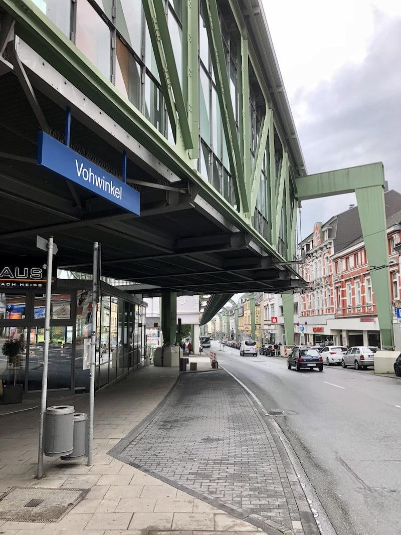 In Wuppertal haben Liam und mich die historische Schwebebahn, die sich mitten durch die Stadt zieht, enorm fasziniert ...