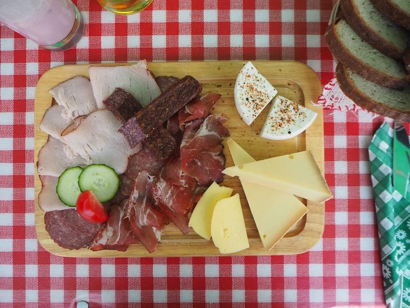 ... dank der hier vorherrschenden Alpwirtschaft genießen wir dann solch wunderbare Mittagsteller wie diesen hier. An die Frische von Wurst und Käse werde ich mich noch lange erinnern ..!