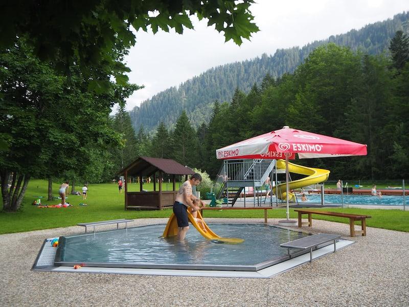 Wer sich am Tag viel rumtreibt, braucht das gute Essen aus! Blick in das nahe gelegene Waldbad Schoppernau, das Liam und der Papa lieben!