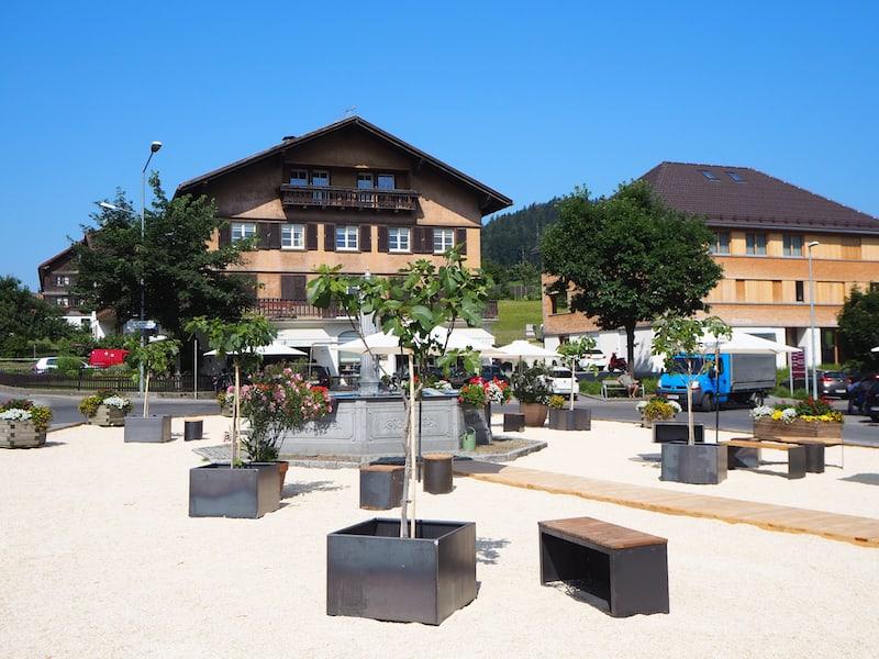 Der Dorfplatz von Hittisau. Im September