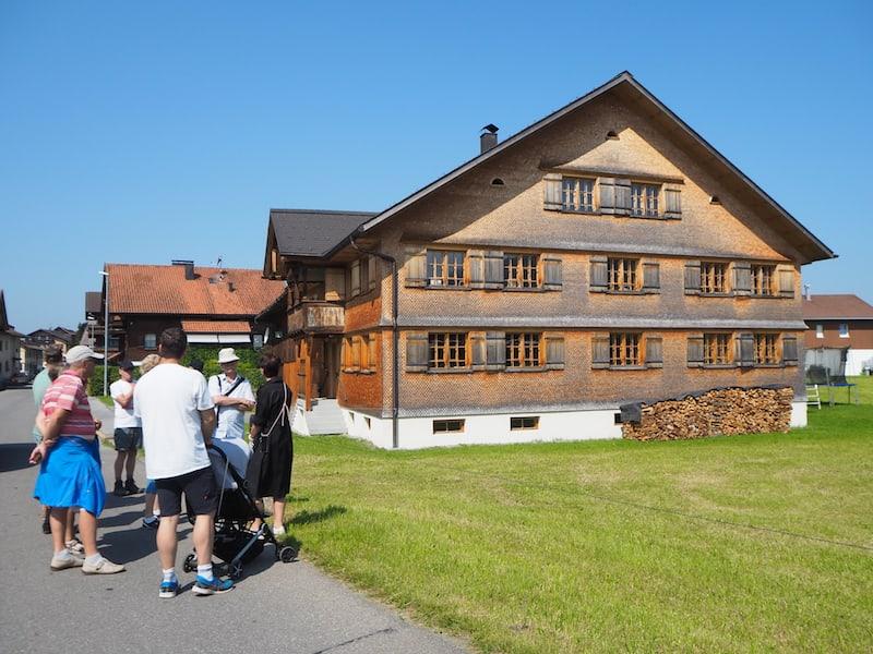 Weiter geht's durch die kleine aber feine Gemeinde Hittisau (sämtliche Wege sind hier übrigens absolut kinderwagentauglich) ...