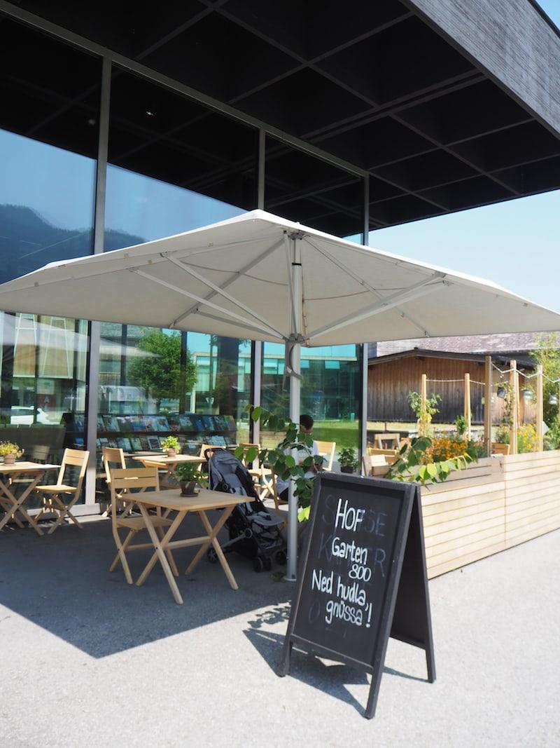 Ein Teil des Gebäudes lockt überdies mit köstlicher Kulinarik: Im WerkRaumHaus Café genießen wir einen erfrischenden Mittags-Snack sowie