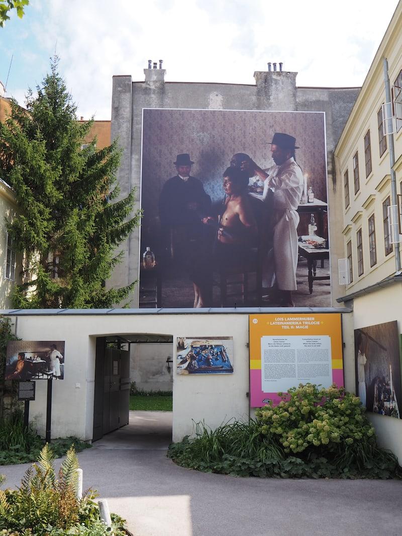 """... Lois Lammerhuber, fotografisches Mastermind hinter dem Fotofestival in Baden, zeigt im Kaiserhausgarten erstmals seine """"Lateinamerika-Trilogie"""" aus den 80ern und 90ern des vorigen Jahrhunderts ..."""