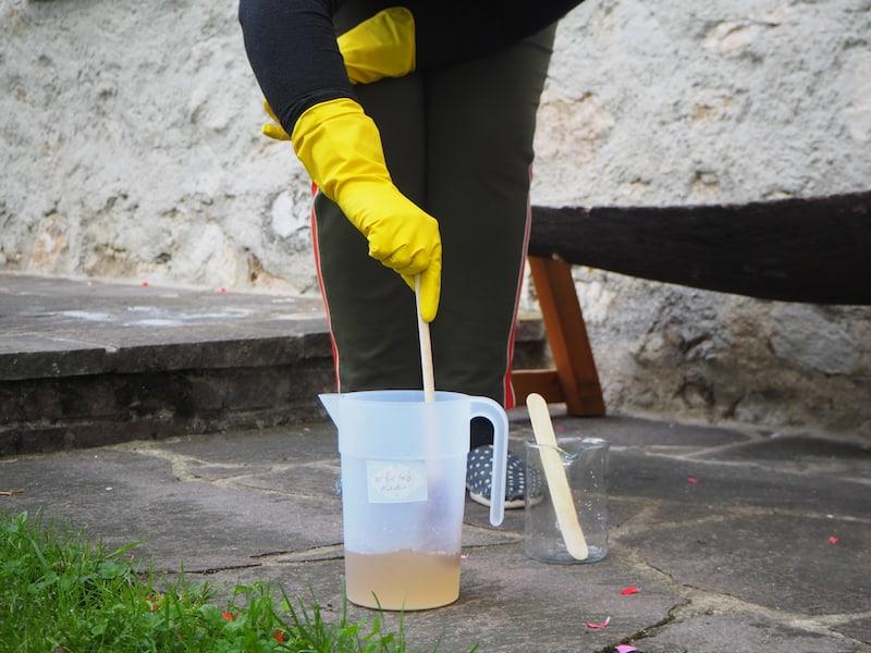 Anita ist erfahren in der hohen Kunst des Seifen Siedens, welche auch