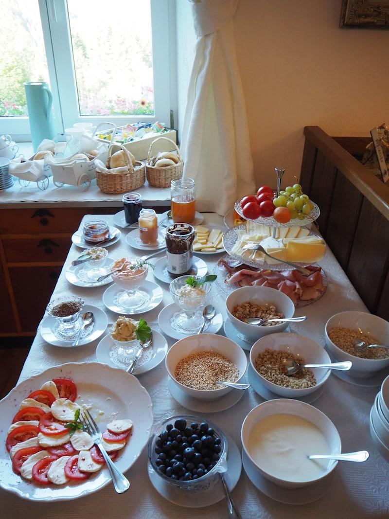 ... von morgens bis Mittags werden wir hier verwöhnt, unter anderem mit diesem zauberhaften Frühstücksbuffet ...