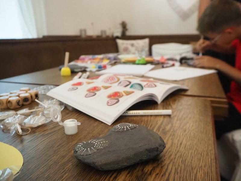 """Kreativ-Tipp: Die Steine aus dem Bachbett der Trögener Klamm eignen sich übrigens perfekt für den im Anschluss stattfindenden Workshop """"Steine bemalen""""!"""