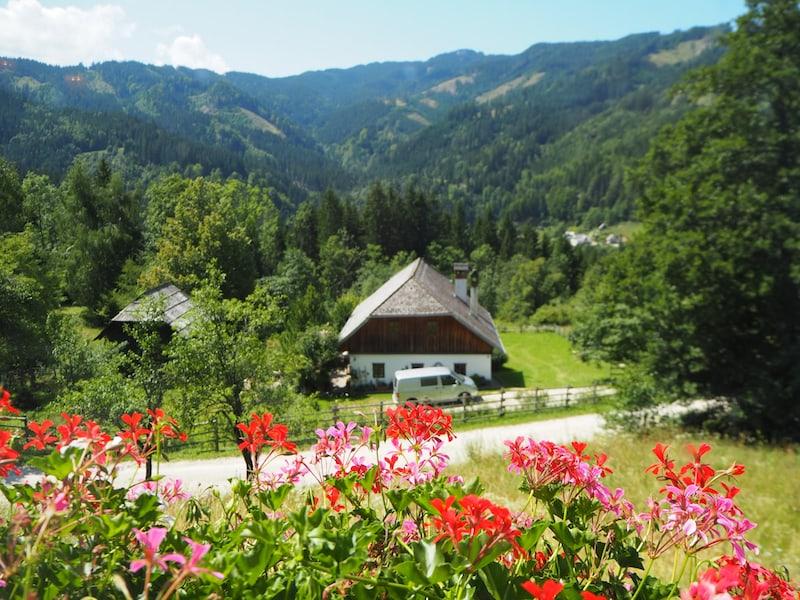Blick aus dem Gut Trögern auf die umliegende Bergwelt der Karawanken ganz im Süden Österreichs ...
