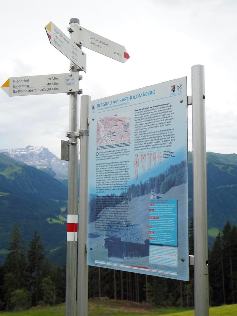 ... anschauliche Infotafeln informieren zusätzlich zu unserer Wanderführerin Monika über die historischen Gegebenheiten am Bartholomäberg.
