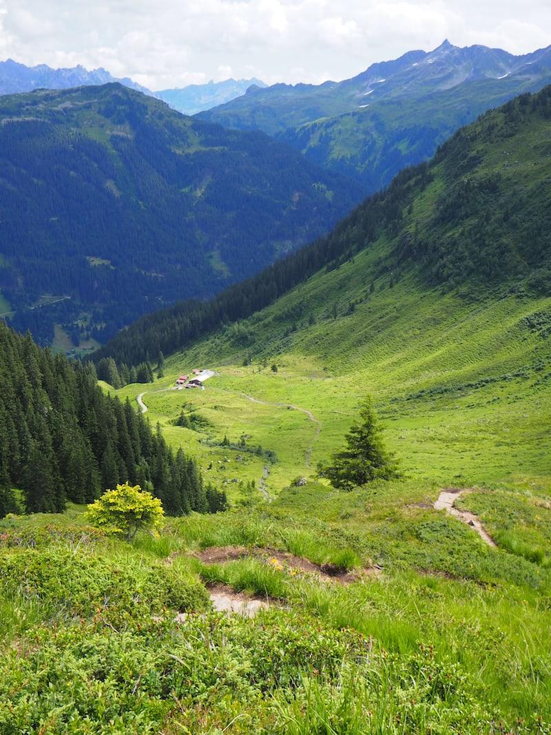... auf diesem Abstieg in Richtung der Alpe Innerkapell. Seht Ihr sie ganz unten liegen?