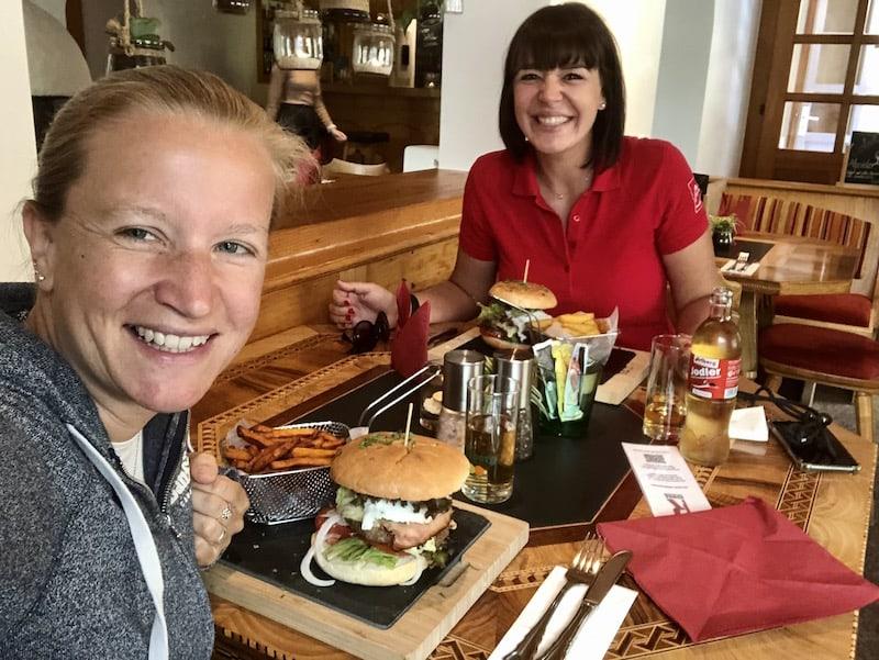 Zur Stärkung im Anschluss, davor oder einfach zwischendurch kann ich das Café-Restaurant Ronna empfehlen: Hier gibt es diese wirklich guten Montafon-Burger, von denen Franziska und ich jeweils einen bestellt haben. Mahlzeit!