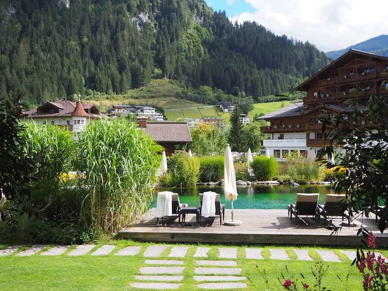 Für uns leider schon zu spät im Jahr: Gemütliche Outdoor-Liegewiese mit Naturbadeteich für die Gäste.