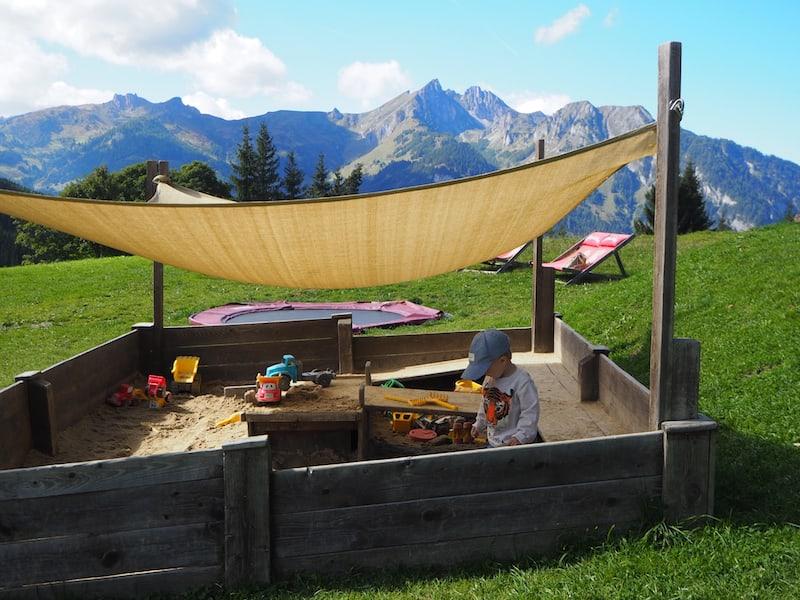 Großes Plus auf der Breitenebenalm: Der wirklich großzügig angelegte Kinderspielplatz ...