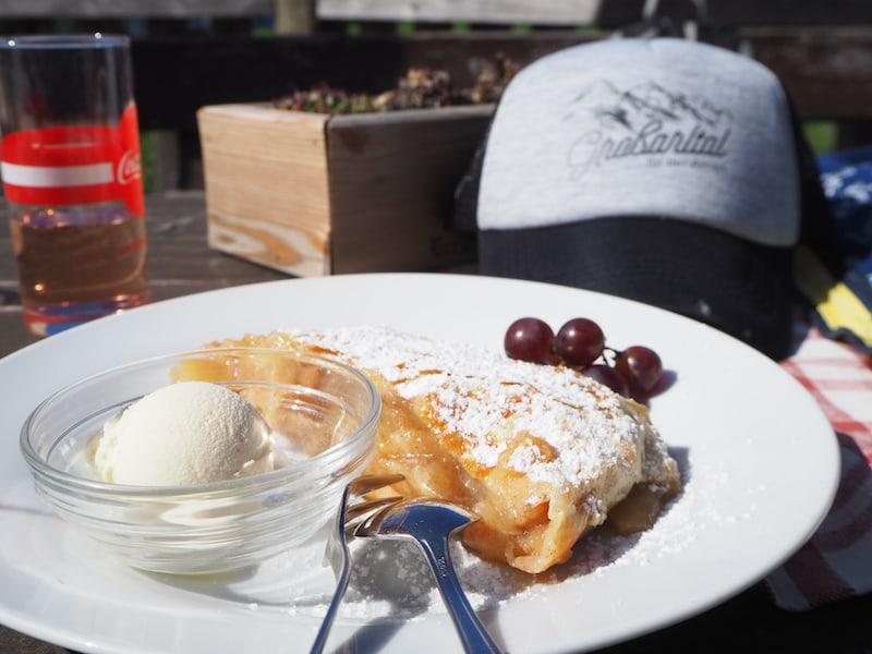 ... und Mahlzeit noch auf der Breitenebenalm, die für ihre herrlichen Süßspeisen bekannt ist. Der frische, noch warme Apfelstrudel ist auch wirklich ein Traum - und im Nu von uns drei verputzt!