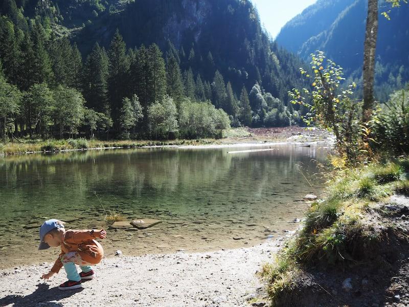 """... neben Gondelbahn-Fahren ist Liam am glücklichsten beim """"Steine ins Wasser werfen"""" ..."""