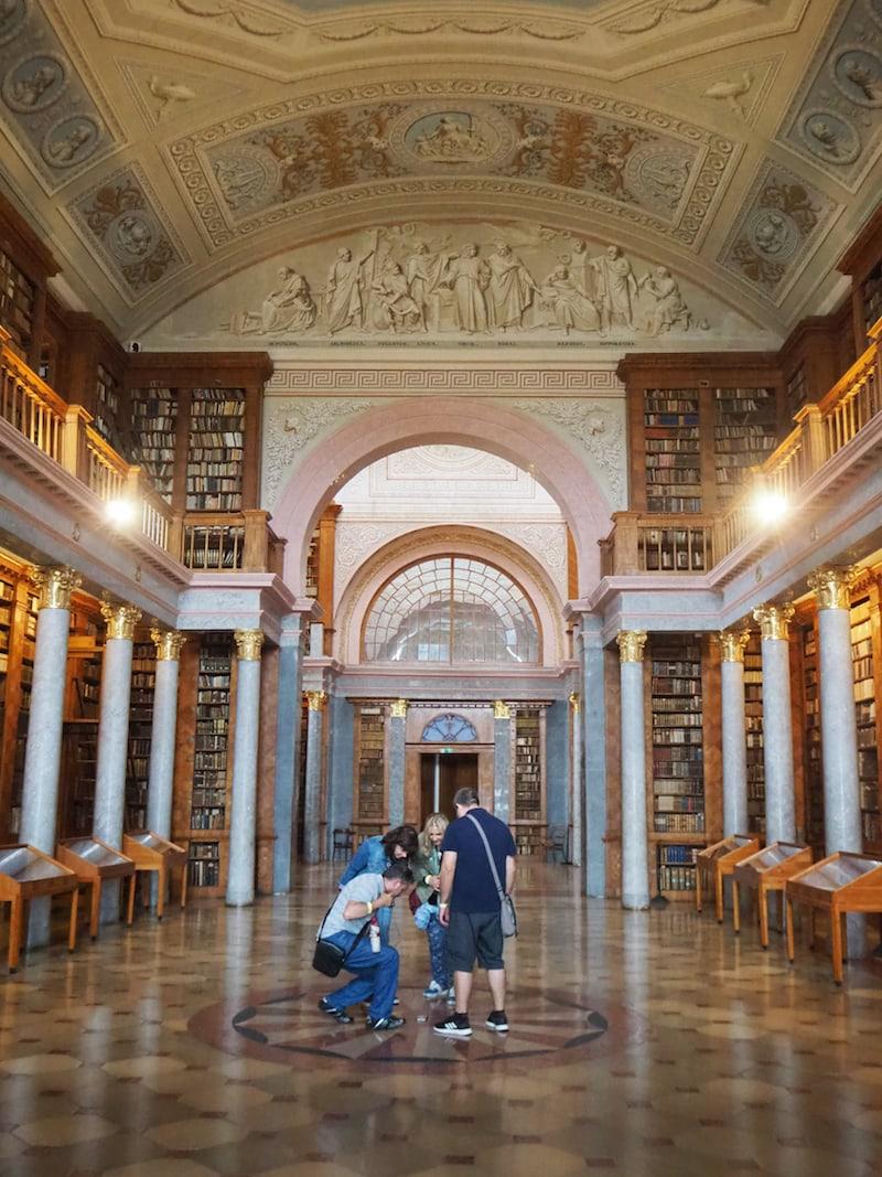 Wusstet Ihr, dass beispielsweise die Bibliothek des Klosters über 400.000 (!) Bücher zählt? Rund die Hälfte davon sind ausgestellt ... damit übertrifft der Bestand den der größten Siftsbibliothek in Admont bei weitem! Unglaublich!