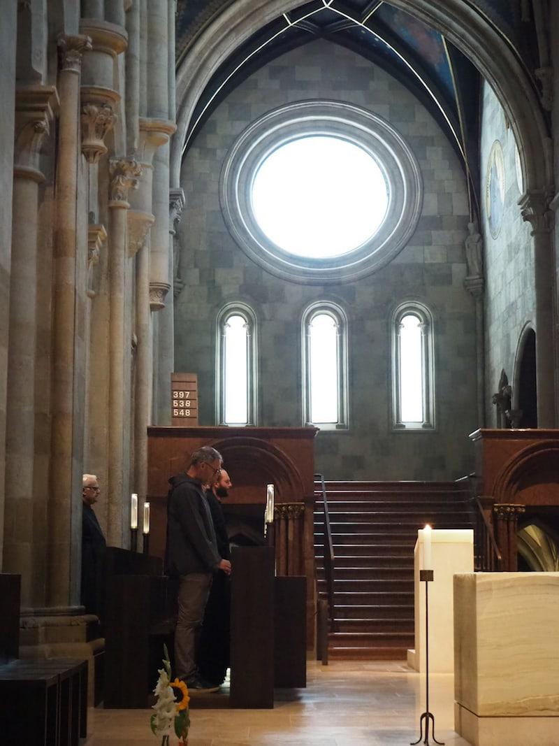 Auch die Stiftsbasilika kann besichtigt werden, zum Beispiel im Rahmen einer Führung oder wie hier beim Chorgebet der Mönche.