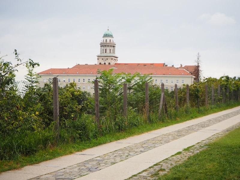 ... wir erfahren: Dieses Kloster ist alles andere als weltfremd ...