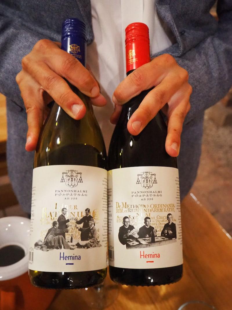 """... und dürfen rund acht Weine der Erzabtei auch verkosten. Diese beiden Sorten hier, genannt """"Hemina"""", erzählen überdies eine besondere Geschichte:"""