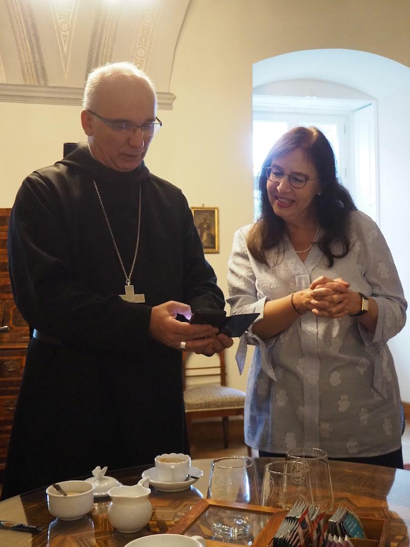 """... der weltoffene Abt, der uns im wahrsten Sinne des Wortes zu """"Gott und die Welt"""" Rede & Antwort steht, zeigt uns stolz seine ebenso akribisch geführte Kommunikation via Social Media ..."""