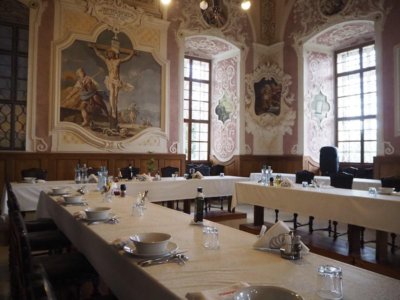 Bei der Besichtigung mit Abt Cyrill dürfen wir einen Blick in den prächtigen Speisesaal der Mönche, das Refektorium werfen ...
