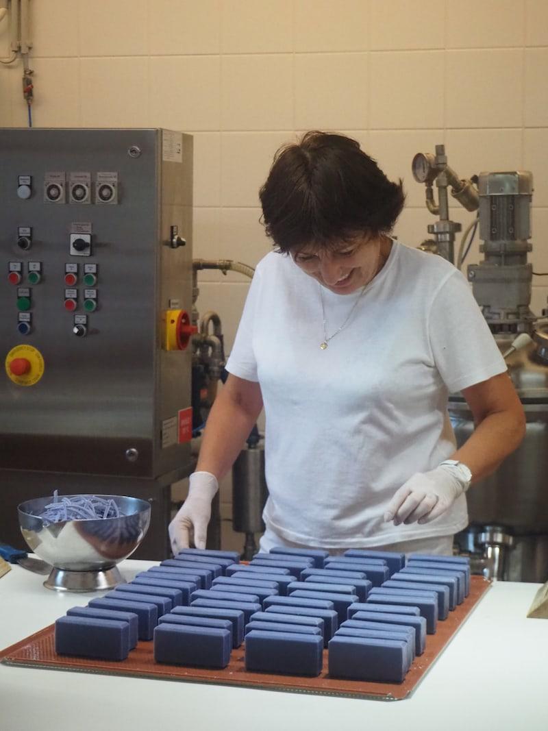 ... dazu zählt beispielsweise auch Lavendel-Seife, die hier in Handarbeit hergestellt wird.