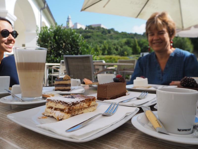 Das Café Pausa mit Blick auf die dahinterliegende Abtei lohnt sich schon alleine wegen seines guten Lavendelkuchens ...