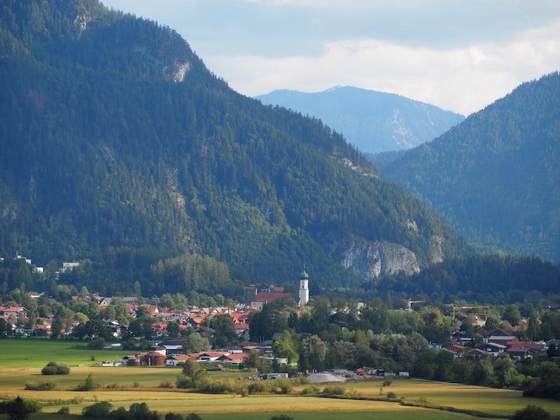 ... sowie auch der Blick auf Oberammergau selbst