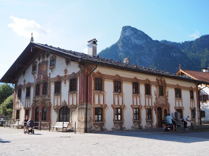 """... Heimat auch überaus bemerkenswert bemalter Häuser, wie dieses """"Pilatus-Haus"""" hier direkt im Ortszentrum ..."""