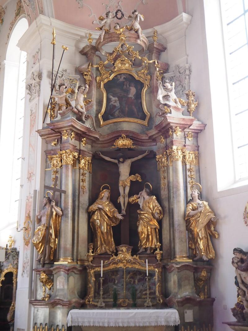 ... zeigt mir in der Kirche das original erhaltene Kreuz, vor dem Oberammergauer dereinst ihr wichtiges Gelübde ablegten, alle zehn Jahre die Passion Christi zu spielen ...