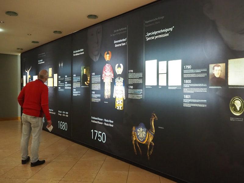 ... am Eingang informiert eine übersichtliche, informativ gestaltete Museums-Timeline über die wichtigsten Entwicklungen der Passion in Oberammergau ...