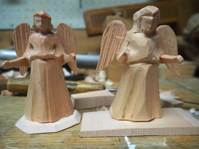 Et voilà: Fertig ist die kleine Skulptur (rechts im Bild)