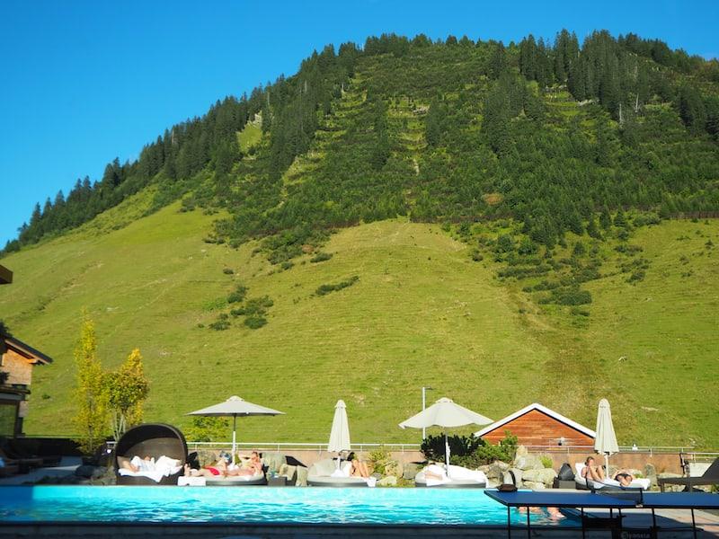 Das Spiel der Gegensätze: Moderne Pool-Landschaften vor dem Hintergrund traditioneller Bergwiesen am höchsten Pass des Großen Walsertales ...