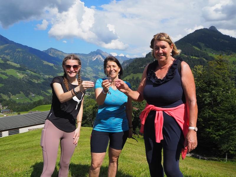 Elisabeth Türtscher (im Bild rechts) ist gelernte Kräuterpädagogin und aktuell noch um weitere Zusatzausbildungen bemüht. Eine echte Freude, mit ihr Blumen und Kräuter im Rahmen des Rundgangs zu bestimmen!
