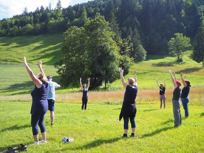 Neben dem Kneippen kommen wir im Rahmen der geführten Wanderung auch in den Genuss von etwas Berg-Yoga ...