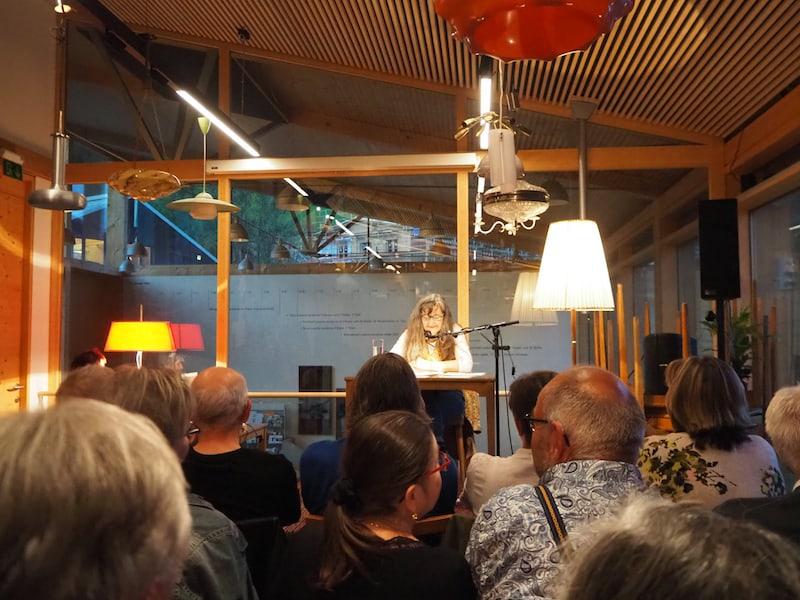 ... dank dessen ich problemlos zur nächsten Veranstaltung des Walserherbst gelangt bin: Der Lesung mit der begnadeten Autorin und Schauspielerin Maria Hofstätter ...