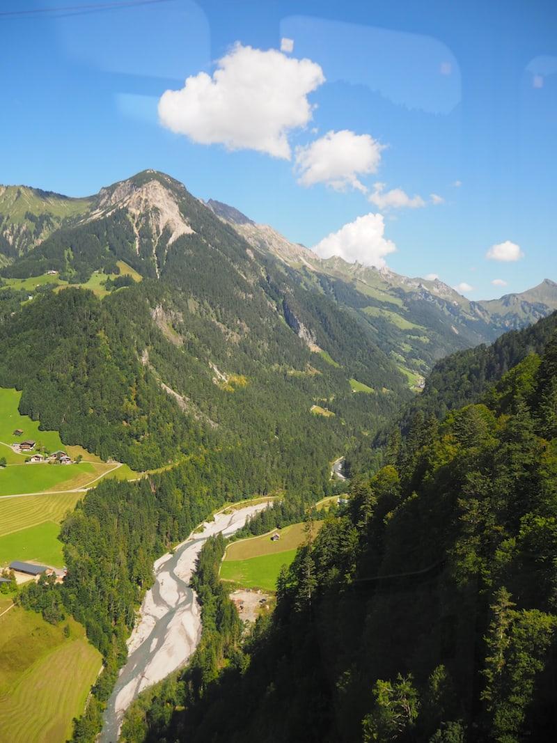 Ankommen und aufleben: Blick in das Flusstal der Lutz, der mit 30 Kilometer längsten Flusses